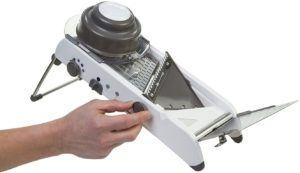 Accessoire utilisé pour la découpe en cuisine, doté d'une lame réglable.