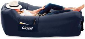 Ce fauteuil gonflable reçoit de l'air à l'intérieur de sa structure pour offrir un siège confortable à son utilisateur