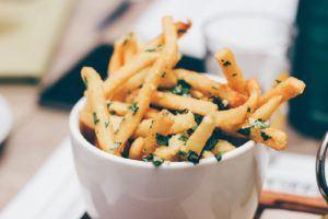 Des frites cuites dans une friteuse sans huile