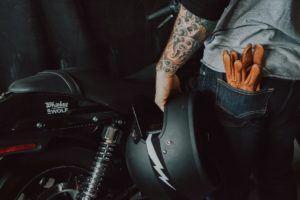 En plus de leur fonction sécuritaire, les gants de moto complètent parfaitement le look des motards, peu importe leur style.