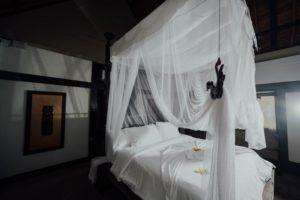 La moustiquaire est facilement montable à l'intérieur et à l'extérieur.