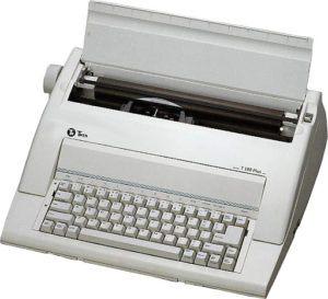 Machine à écrire de style rétro avec admission automatique du papier.