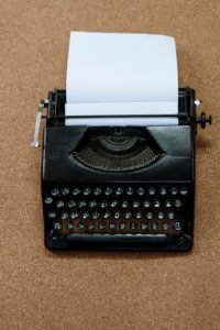 Machine à écrire traditionnelle avec une page insérée.