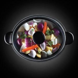 Marmite chauffante et programmable remplie d'aliment prêts pour la cuisson.