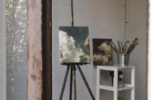 Photo d'un chevalet de peinture à trépied sur lequel est posé une toile.
