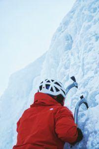 Un alpiniste grimpe avec ses deux piolets