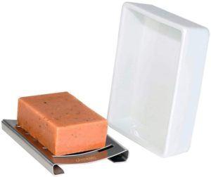 Un porte-savon est un ustensile très pratique pour ranger le savon dans la salle de bain et pour l'utiliser. Si vous n'en possédez pas encore, n'attendez plus, faites le test !