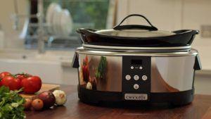 Marmite chauffante en céramique disposant de réglages pour la cuisson.