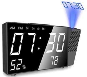 Ce réveil numérique 4 en 1 intègre le réveil, la radio, le temps de projection et l'hygromètre de température intérieure.