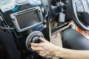 Attention à installer correctement les haut-parleurs de votre voiture : la source d'alimentation doit être adéquate à votre modèle afin de ne pas risquer d'endommager votre nouvel équipement audio. (Source : Asawin Klabma: 73815907/ 123rf.com)