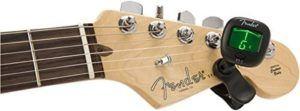 Le Fender Pro se clipse facilement sur la tête de la guitare grâce à sa double pince, à l'endroit le plus adapté selon votre instrument.