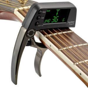 Il existe également des guitares avec fonction capo, vous pouvez donc aussi utiliser votre accordeur comme capo.