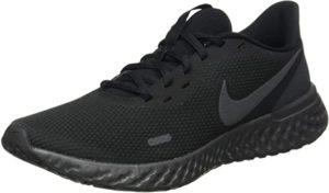 Une chaussure de sport Nike Revolution 5 de couleur noire