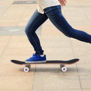 Ce modèle de COSTWAY est un skateboard classique