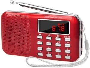 Certaines radio portables offrent des options comme un lecteur de carte SD ou un port USB