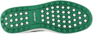 Les chaussures de golf sont adaptées spécialement au terrain de golf.