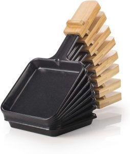 Les spatules de l'appareil à raclette servent à y déposer le fromage