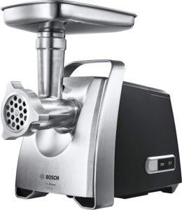 Machine à hacher la viande et d'autres ingrédients.