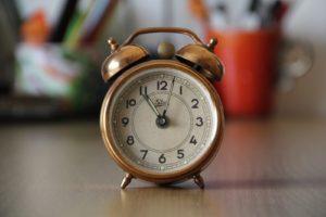 Une minuterie munie d'une sonnerie posée sur une table.