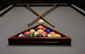 Une table de billard américain avec ses 15 boules