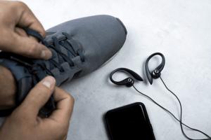 Il existe deux types d'écouteurs adaptés pour le sport : filaires et bluetooth.