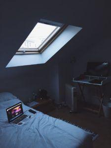 Un ordinateur posé sur un lit