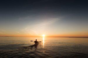 À pratiquer en solo, en famille ou entre amis, le kayak est un sport tous publics, qui ravit les grands comme les petits !