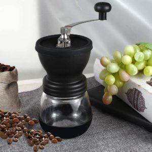 Appareil de broyage de graines de café doté d'une meule ajustable.