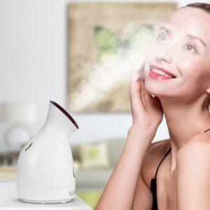 Le sauna facial est idéal pour la dilatation des pores afin de nettoyer et d'hydrater en profondeur votre visage des cellules mortes, des impuretés et des traces de maquillage, d'après les tests et avis du fabricant.