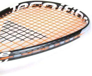 Une raquette de squash bien tendue est la clé d'un bon jeu.