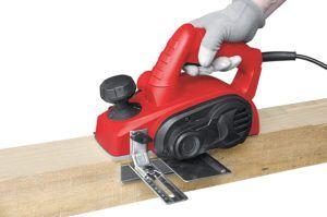 """Selon les tests du fabricant, les rabots électriques sont utilisés pour dégrossir le bois, c'est-à-dire pour """"nettoyer"""" sa surface et éliminer la poussière et des éclats."""