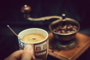 Une tasse de café moulu obtenu grâce à un broyeur à graines