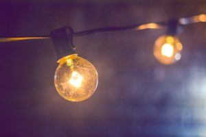 Deux ampoules allumées et reliées un même courant.