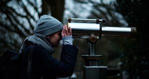 Un télescope est un instrument qui collecte et regroupe les ondes électromagnétiques afin de pouvoir observer des objets éloignés.