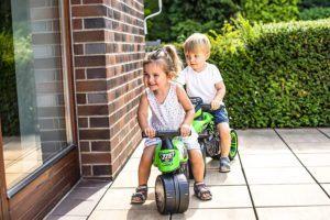 Pour une meilleure stabilité et sécurité, misez sur une moto enfant à roues larges.