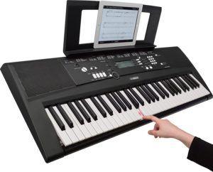 Le clavier électronique est souvent facilement transportable grâce à sa taille relativement petite.