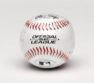 Selon les tests, le facteur à prendre en compte est la texture de la balle, car elle doit pouvoir être maintenue fermement avec des gants de baseball et ne pas glisser comme les balles en plastique.
