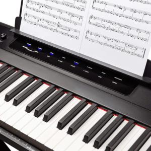 Avant de vous lancer et de faire le test, sachez que ce clavier électronique vous propose des cours interactif pour vous entraîner à jouer au piano.