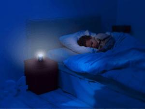 La veilleuse nomade se recharge directement sur une prise et peut éclairer jusqu'à 70 heures, soit une semaine d'autonomie ! Faites le test et soyez convaincu.