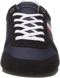 La chaussure de sport vient avec une fermeture avec des lacets.