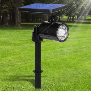 Lampe équipé de capteurs solaires installée dans le sol.