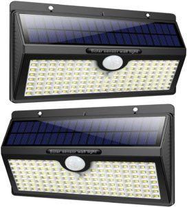 Lampe équipée d'une plaque photovoltaïque et d'ampoules LED.