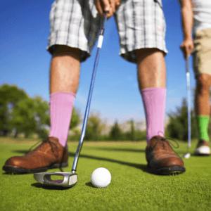 les chaussures de golf sont un accessoire très important pour jouer au golf.