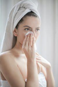 Description: D'après l'avis des experts, il s'agit d'un seul produit qui agit comme nettoyant, comme démaquillant, comme tonifiant et comme hydratant en même temps