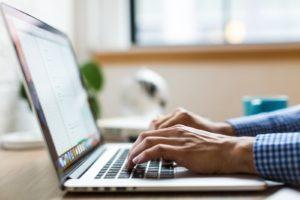 Un ordinateur portable répond à une multitude d'usages et profils : autant pour la navigation sur internet, les jeux en ligne ou la programmation informatique.