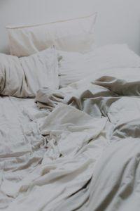 La fermeté d'un oreiller cervical, est une caractéristique qui fait référence à la dureté de l'oreiller, en opposition avec un coussin souple ou moelleux. Selon les tests et avis consommateurs, c'est une qualité très importante.