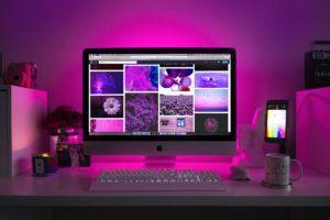 Un ordinateur tout-en-un d'apple avec un fond violet