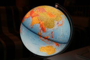 Un globe terrestre sur socle lumineux.