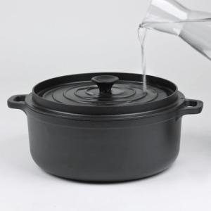 Le couvercle de la casserole vous permet d'y verser de l'eau. Il vous permettra de donner suffisamment d'humidité à vos aliments afin qu'ils ne brûlent pas pendant la cuisson.