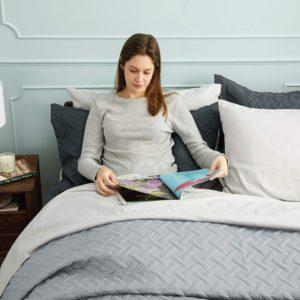 Bien qu'ils soient plutôt faits pour l'été, de type couverture légère, les dessus de lit sont néanmoins des étoffes en tissu qui procurent une isolation thermique supérieure à celle d'un drap. Ils permettent également une meilleure protections des lits des particules de poussière ou des allergènes.